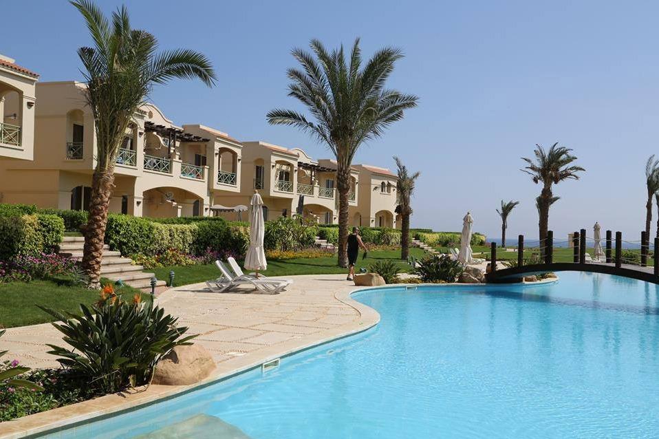 Swimming-pools-in-La-Vista-Topaz